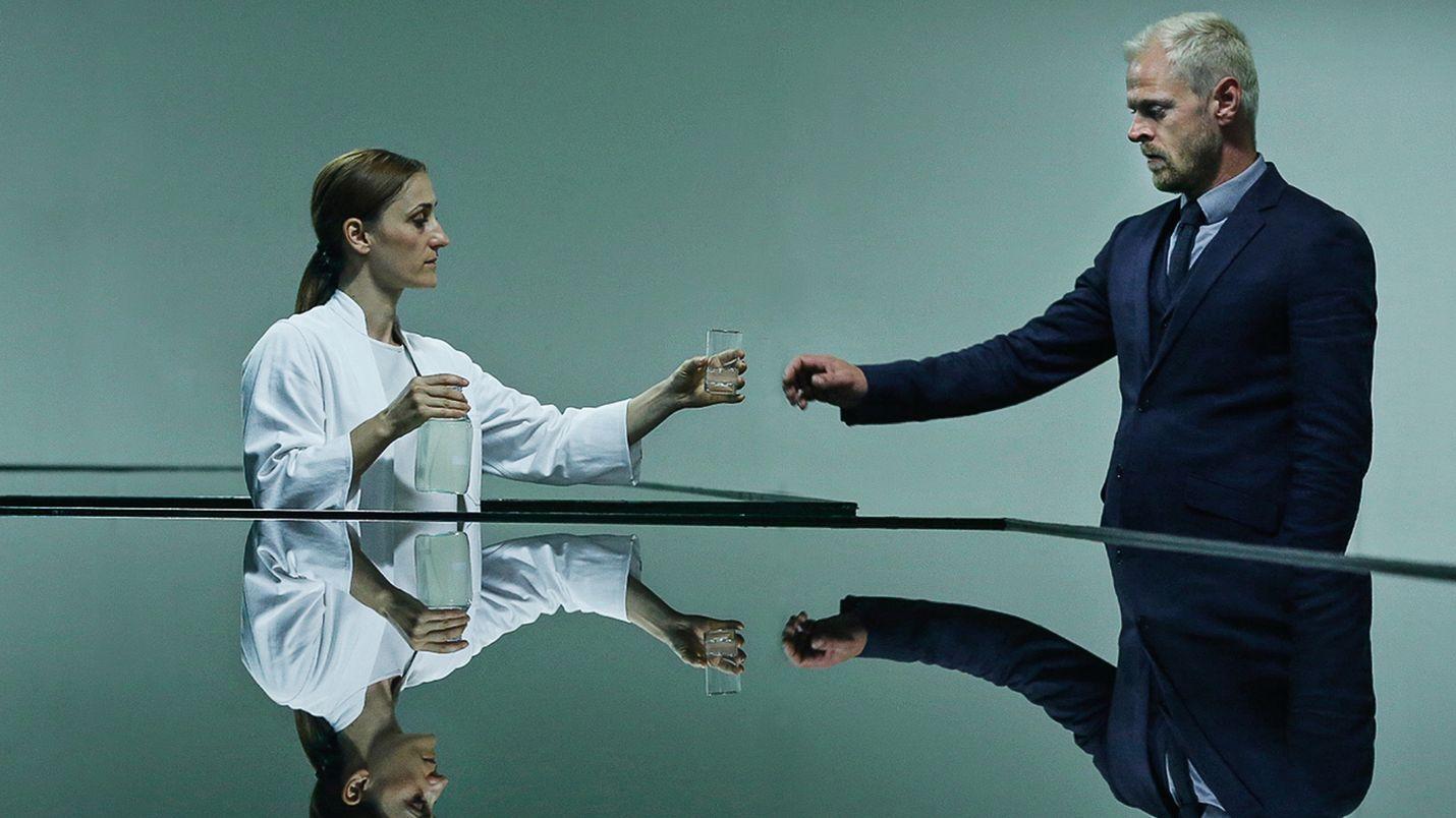 Tutkimuspäällikkö Fang Rung (Carsten Björnlund) lähettää itsensä Qeda-elokuvassa vuoteen 2017 vuoden 2095 maailmasta, josta on luonnollinen juomavesi loppunut. Fang Rung yrittää päästä pelastamaan maailman. Neli (Marijana Jankovic) ojentaa hänelle juomalasillista.