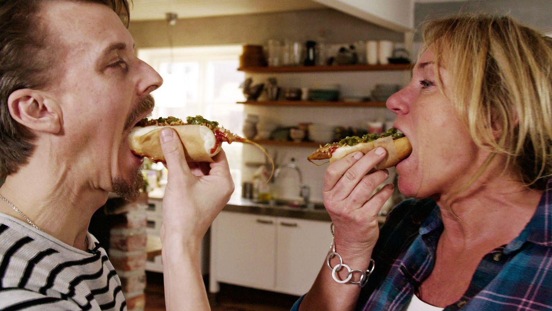 Ruotsalaiset Anne Lundberg ja Paul Svensson pohtivat, kuinka ruokahävikki saataisiin loppumaan. Välillä syödään, tietenkin.
