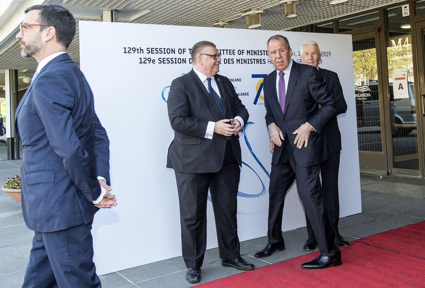 Ulkoministerit Timo Soini (sin.) Venäjän Sergei Lavrov sekä Euroopan neuvoston pääsihteeri Thorbjørn Jagland.