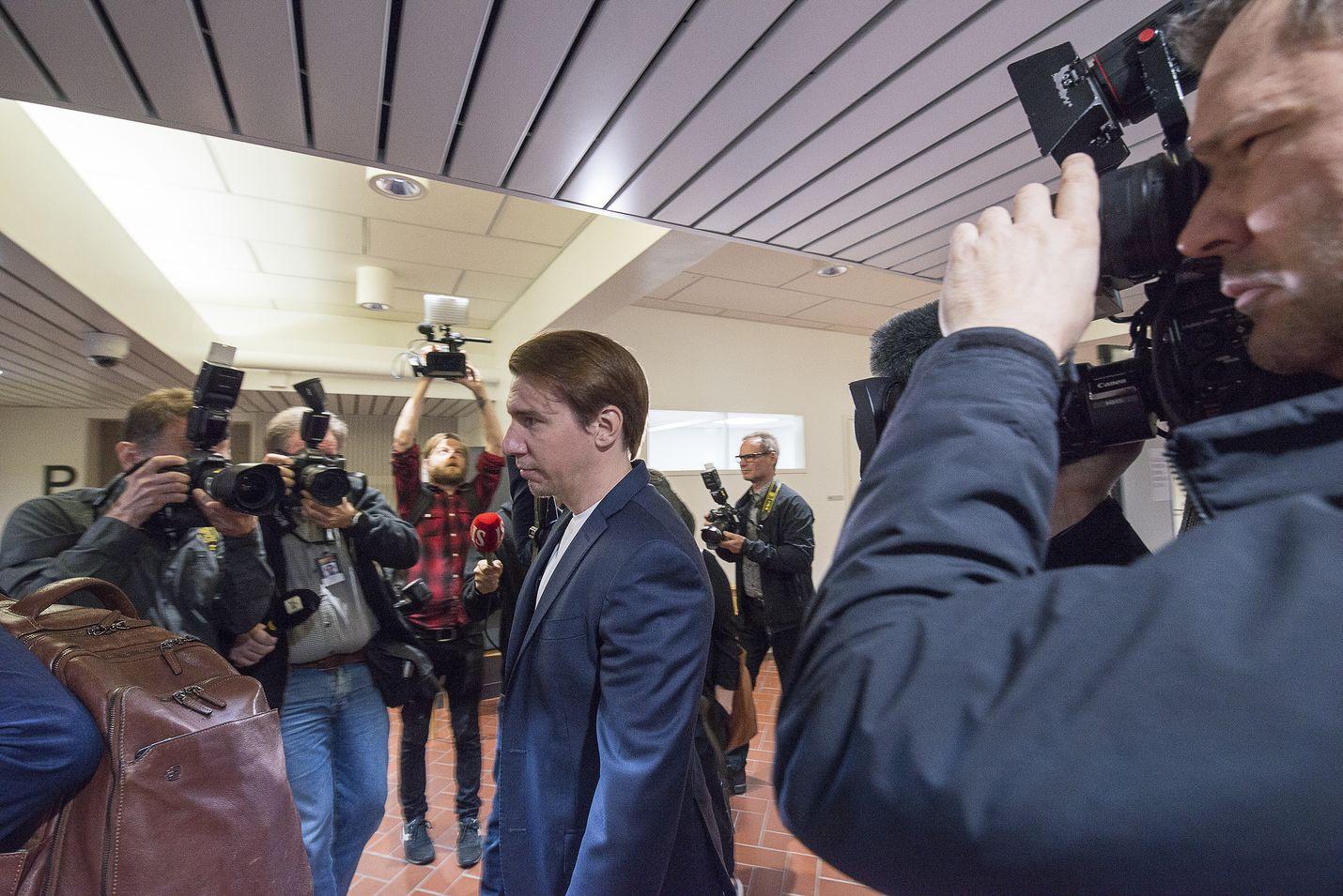 Näyttelijä Aku Hirviniemi saapui Kanta-Hämeen käräjäoikeuteen vaitonaisena perjantaiaamuna. Hirviniemi kiisti syytteet asianajajansa välityksellä oikeudenkäynnin julkisessa osuudessa.