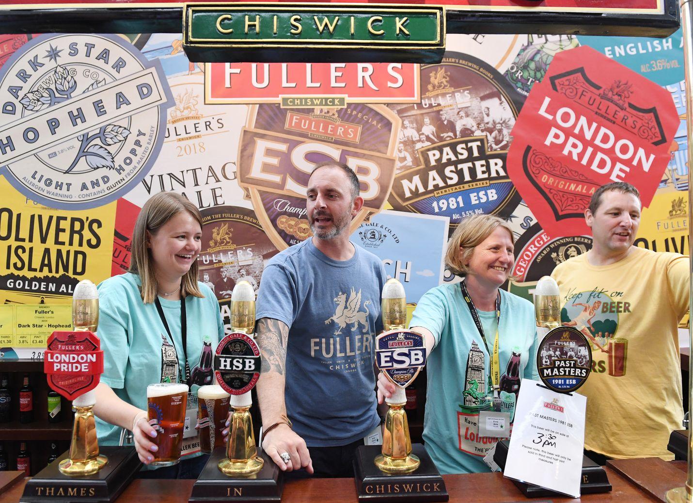 Brittipubin henkilökunta tarjoaa olutta suuren brittiläisen olutfestivaalin aikana Lontoon Kensingtonissa elokuussa 2018. Tutkimuksen mukaan briteille maistuu alkoholi paremmin kuin kenellekään muulle.