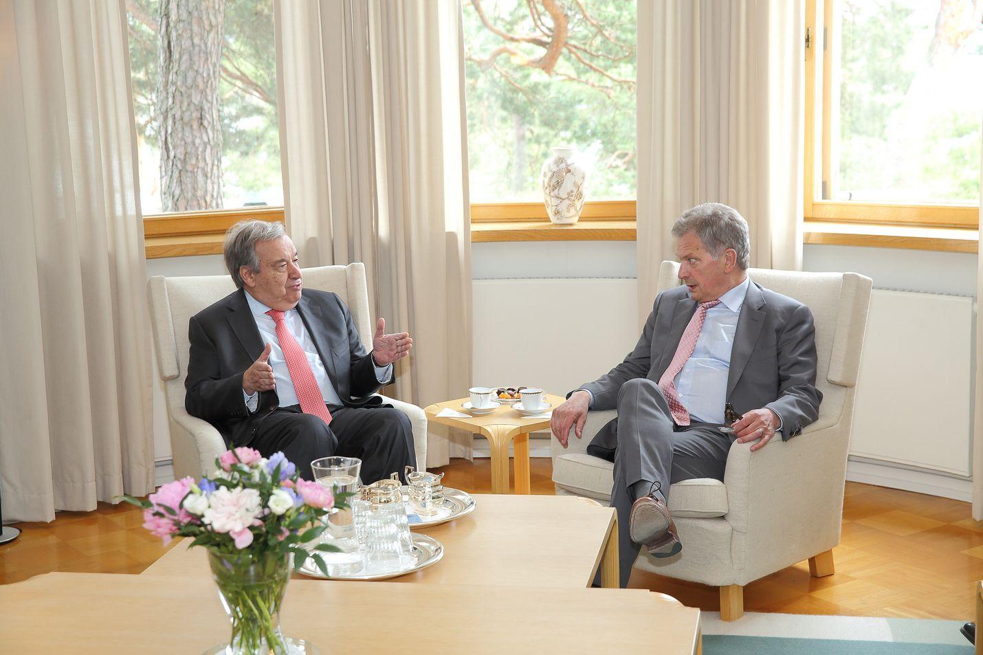 Sauli Niinistö (oik.) keskusteli YK:n pääsihteeri António Guterresin kanssa vuoden 2018 Kultaranta-keskusteluissa.