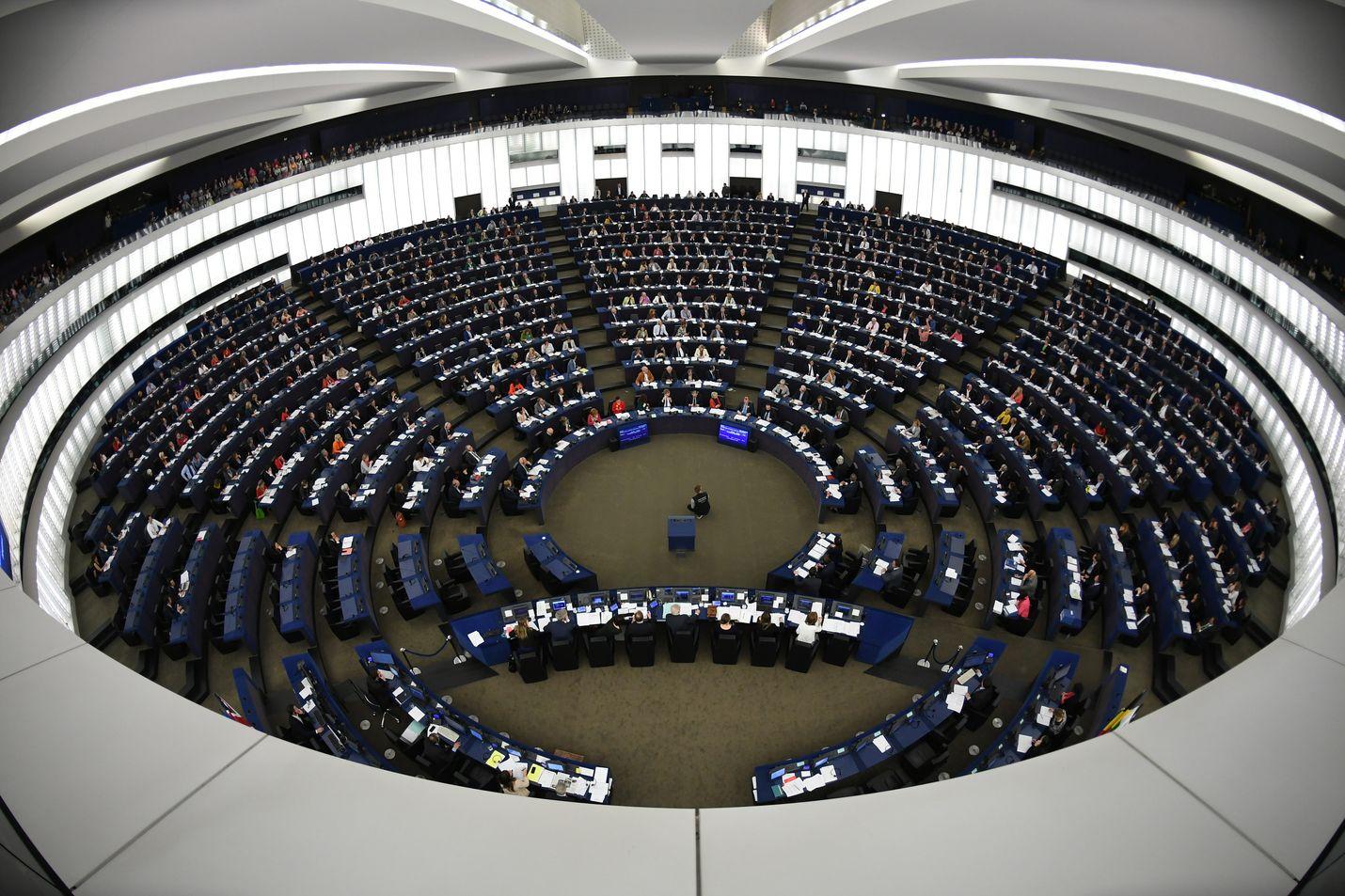 Euroopan parlamentissa on 751 meppiä, jotka säätävät kaikkia jäsenmaita koskevia lakeja. Parlamentti kokoontuu Brysselissä ja Strasbourgissa (kuvassa).
