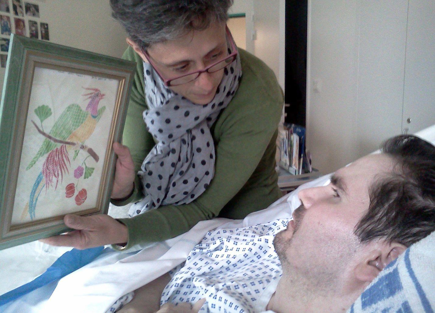 Vincent Lambert halvaantui täysin moottoripyöräonnettomuudessa vuonna 2008. Hänen äitinsä Viviane Lambert vastustaa elämää ylläpitävän hoidon lopettamista pojaltaan. Äiti ja poika kuvattiin sairaalassa Reimsissa heinäkuussa 2013.