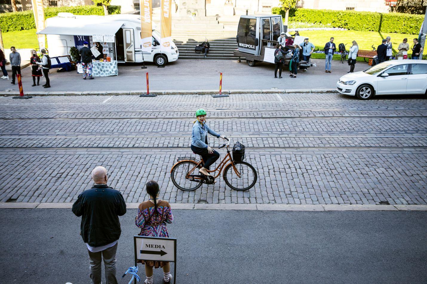Keskustan varapuheenjohtaja Katri Kulmuni saapui keskiviikkona hallitusneuvotteluihin polkupyörällä.