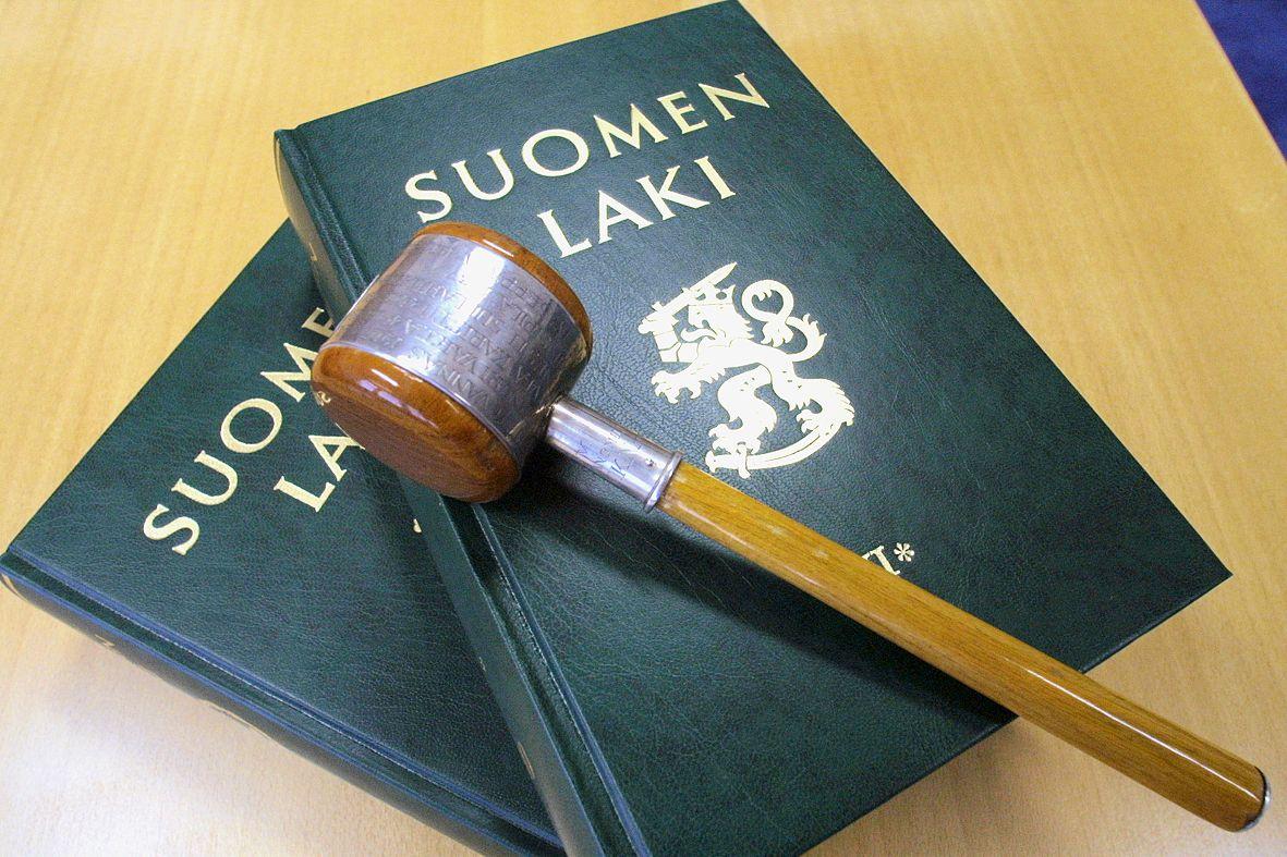 Valvontalautakunta valvoo asianajajien, lupalakimiesten ja julkisten oikeusavustajien toiminnan laillisuutta.