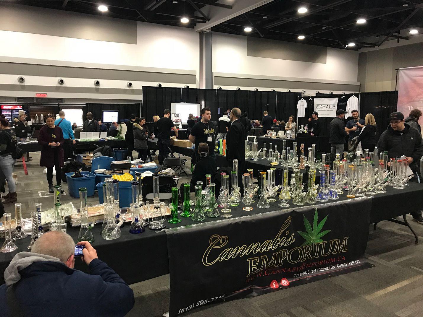 Kanadassa kannabis- ja hamppuala on laillistettu niin pitkälle, että pääkaupunki Ottawan päämessukeskuksessa järjestettiin marraskuussa alan tuotteisiin erikoistunut messutapahtuma Cannabis & Hemp Expo. Näytteillä ja myytävänä oli käyttövälineitä ja esimerkiksi kannabiksen tuoksuisia Wunderbaum-versioita.
