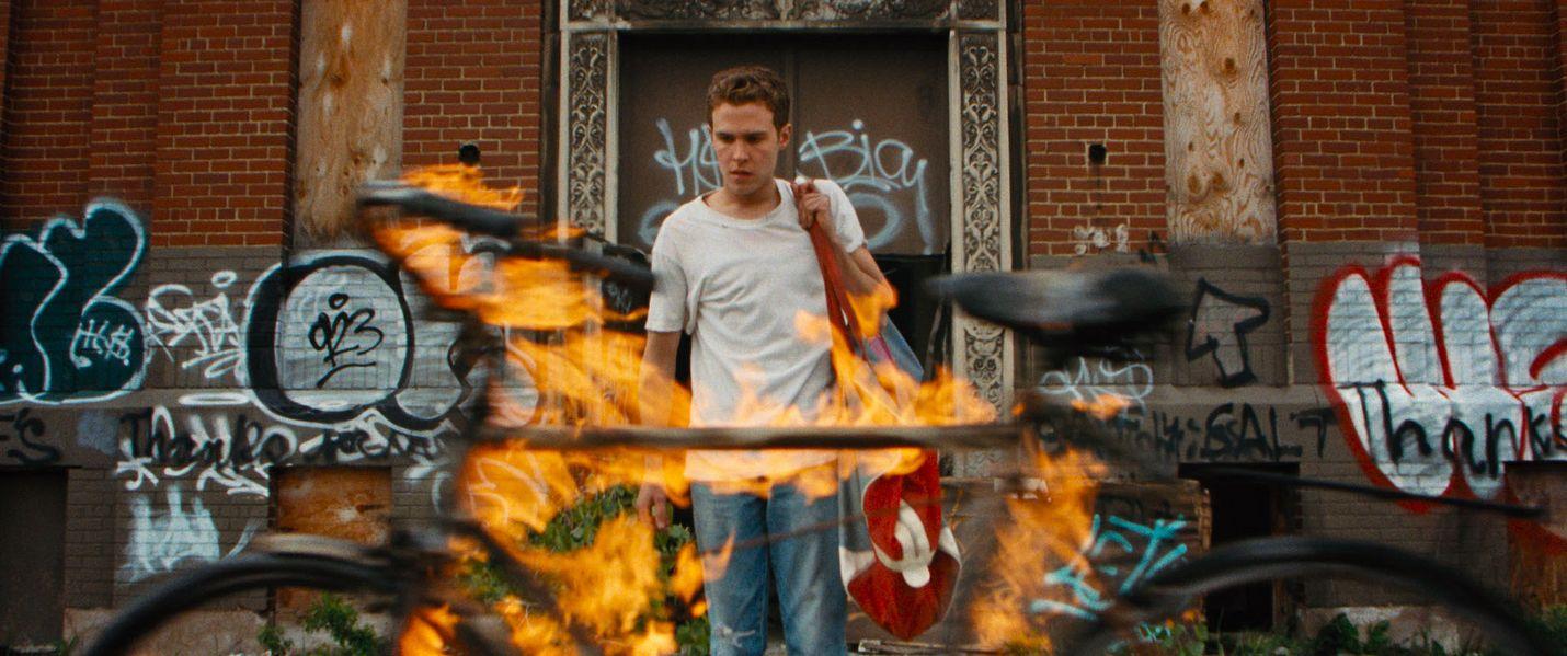 Bones (Iain De Caestecker) varastelee kuparia, kunnes joutuu kahnauksiin pikkurikollisen kanssa Lost River- elokuvassa. Vinksahtanut fantasiajännäri on näyttelijänä tunnetun Ryan Goslingin esikoisohjaus viiden vuoden takaa.