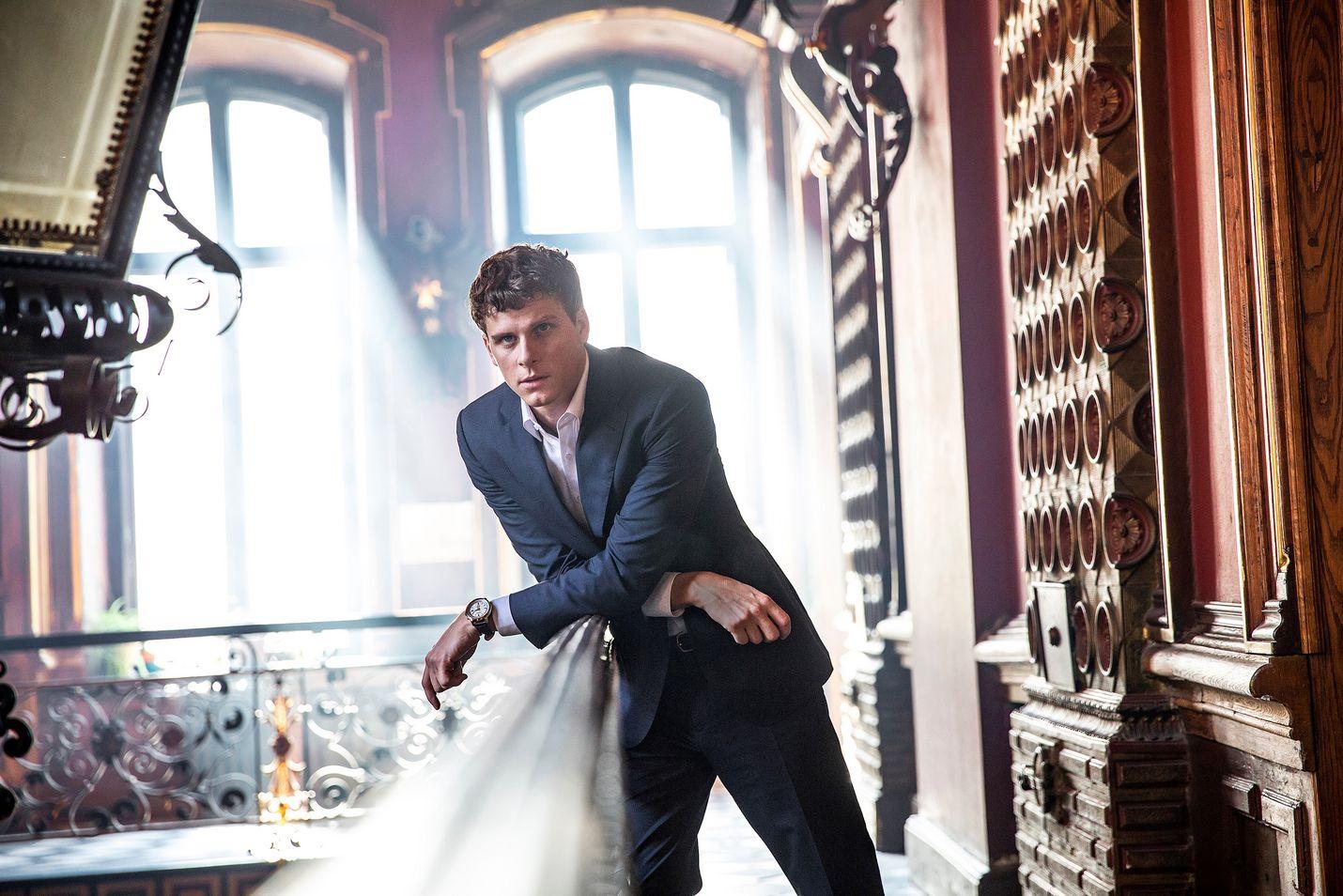 Adam Pålsson esittää Pietarin kapellimestarissa Tom Blixeniä, ruotsalaista investointipankkiiria.