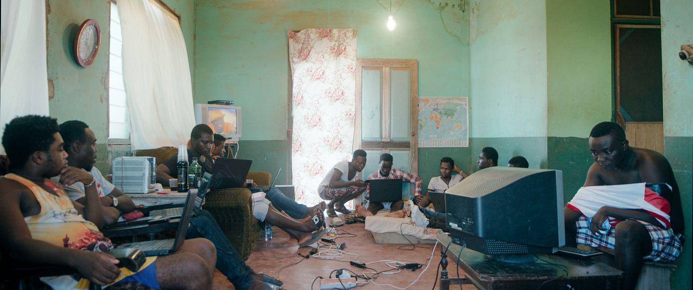 Porukassa työskentelevät sakawa-miehet tehtailevat romansseja ja luottokorttihuijauksia. Sakawa tarkoittaa ilmiötä, jossa yhdistyvät nettihuijaukset ja uskonnolliset rituaalit. Se on levinnyt Ghanasta muuallekin Afrikkaan.