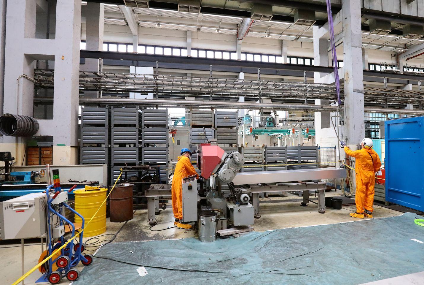 Stephan Krassow ja Kay Kluge sahaavat voimalan osia pienemmiksi entisessä ydinvoimalassa.