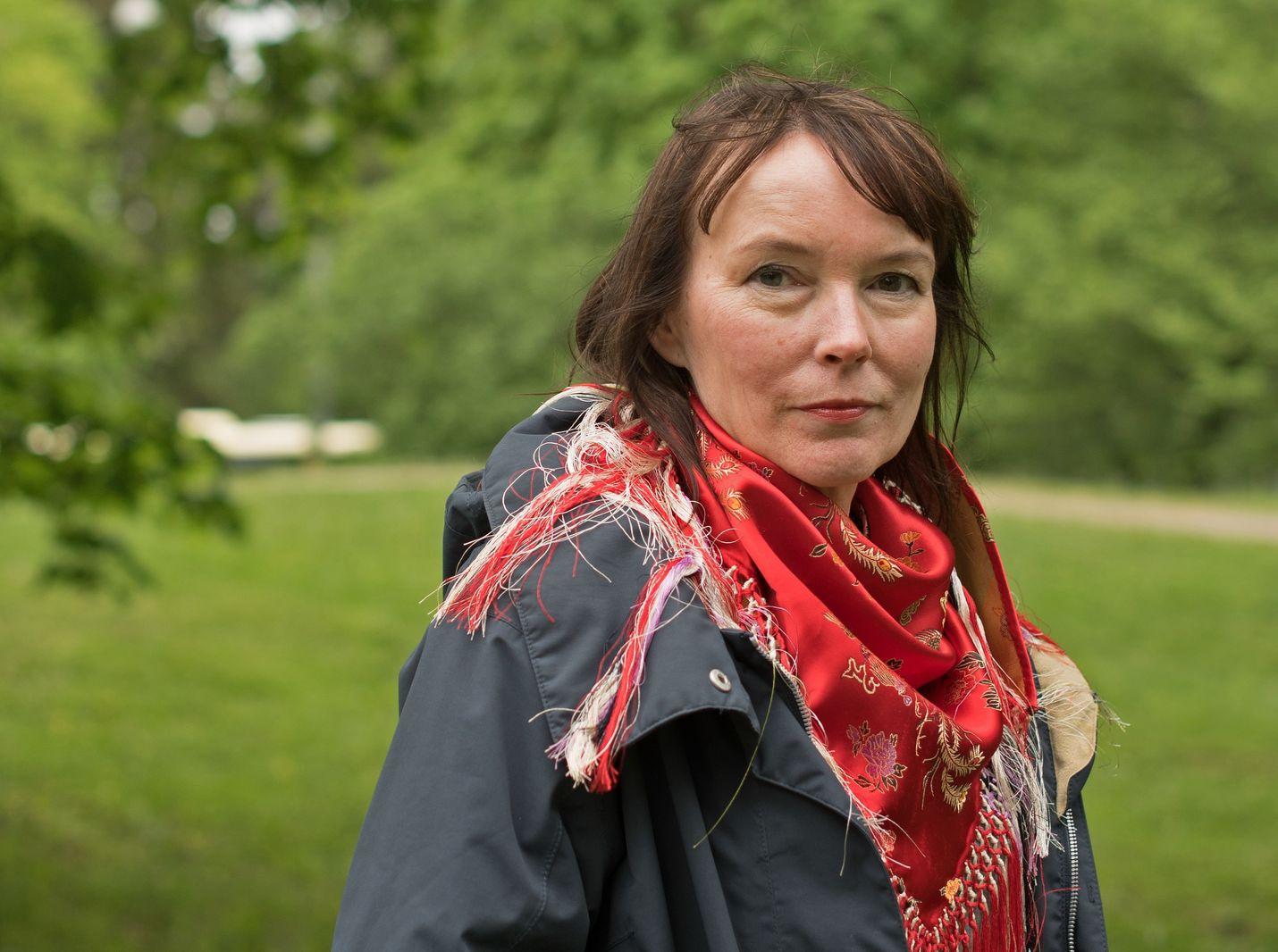 Kuvataiteilija Marja Helander pelkäsi, että ihmiset ovat jo saaneet yliannostuksen ympäristökatastrofista. Silti hänestä on edelleen hyvä idea käsitellä aihetta myös taiteen keinoin – jopa huumorin kautta.