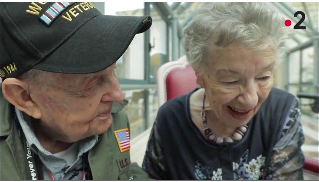 K. T. Robbins, 98, palasi Ranskaan nuoruudenrakastettunsa Jeanine Piersonin, 92 , luokse. He puhuivat sodasta ja suhteestaan.