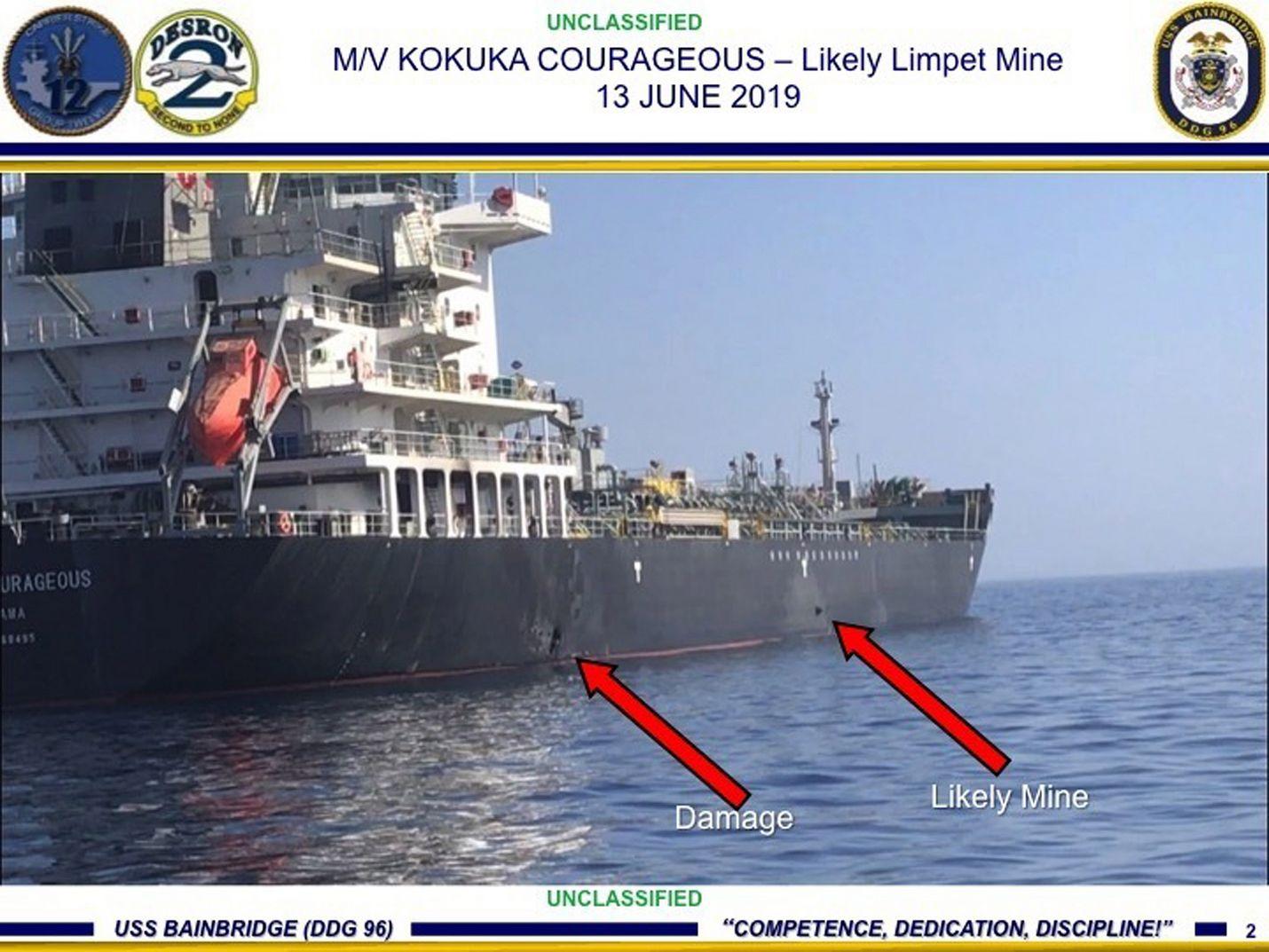Yhdysvaltojen laivaston välittämässä kuvassa näkyy sen mukaan Kokuka Courageous alukseen räjähdyksessä tullut vahinko ja esine, joka on Yhdysvaltojen mukaan miina. Kuva on otettu torstaina, jolloin iskut tapahtuivat.