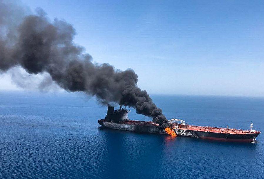 Norjalaistankkeri Front Altair oli torstaina tulessa Omaninlahdella. Sen miehistö evakuoitiin.