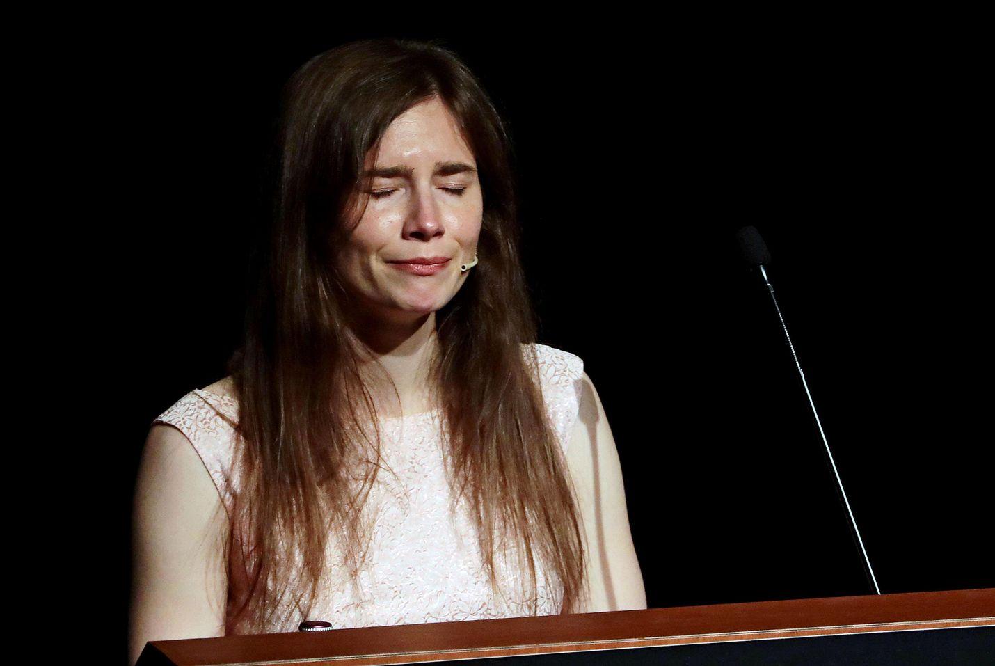 Amanda Knox puhkesi kyyneliin lauantaina Italian Modenassa järjestetyssä rikosoikeuden konferenssissa. Knox piti tapahtumassa 40 minuutin mittaisen puheen, jossa hän kertasi lähes kymmenen vuotta kestänyttä oikeustaistelua.