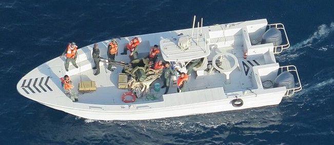 Yhdysvaltain puolustusministeriö on julkistanut tämän kuvan, jossa sen mukaan Iranin vallankumouskaartin partiovene on juuri poistanut räjähtämättömän miinan japanilaisen Kokuka Courageous -tankkerin kyljestä.