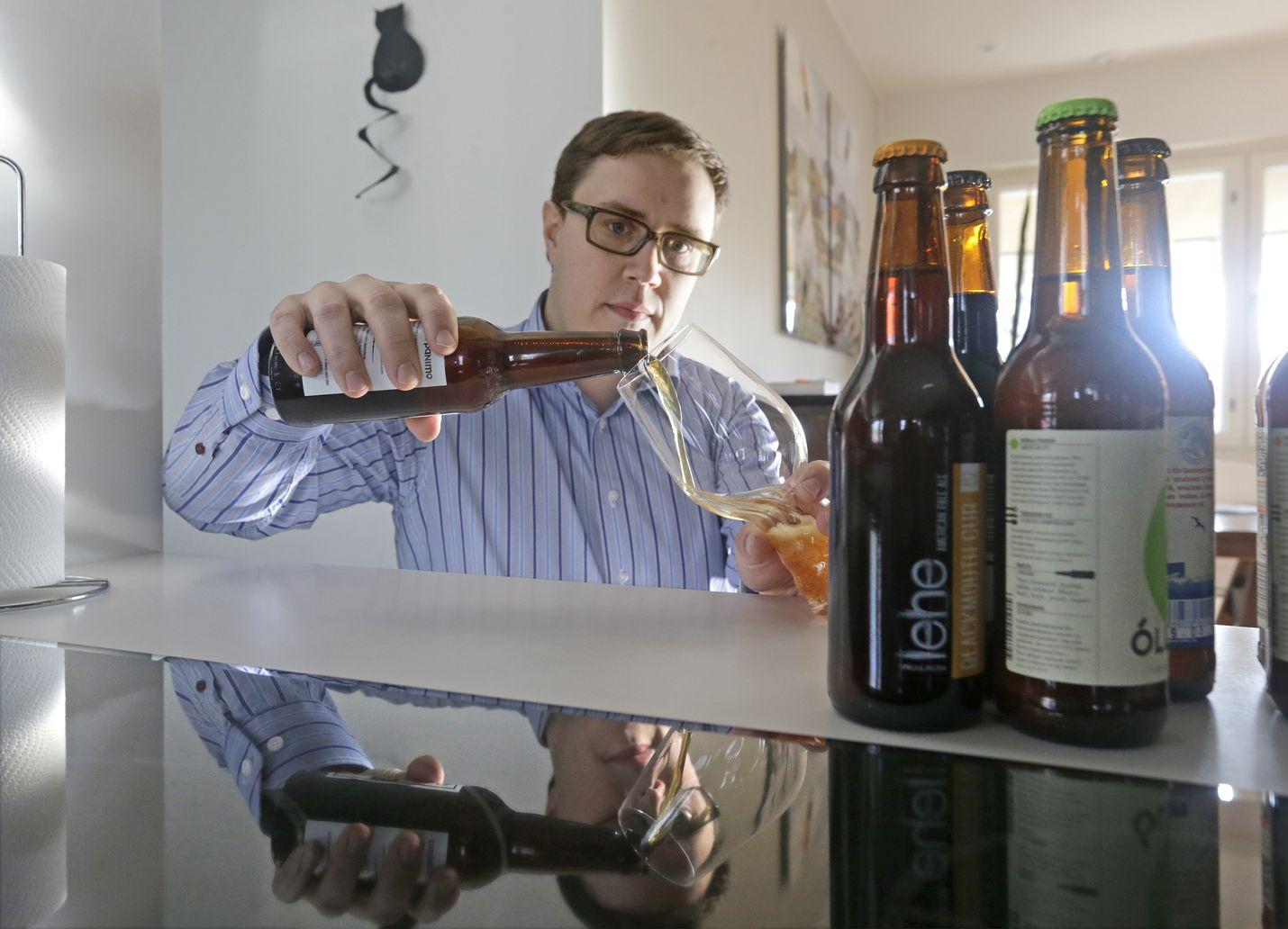 Olutkriitikko Petteri Pulkkinen on kokenut olutharrastaja, joka on vuosien varrella tilannut oluitaan myös ulkomailta. Nykyisin kuitenkin myös kotimaisista marketeista ja Alkosta löytyy runsaasti valikoimaa.