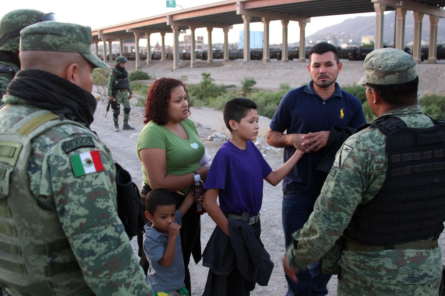 Meksikolaiset poliisit yrittivät suostutella siirtolaisperhettä olemaan ylittämättä Rio Grande -jokea Yhdysvaltain puolelle Ciudad Juarezissa viime viikolla.