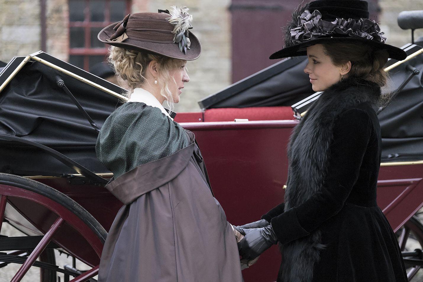 Love and Friendshipissä Lady Susan Vernon (Kate Beckinsale) on jäänyt varattomaksi leskeksi, jonka tarkoituksena on hankkia itselleen ja tyttärelleen (Chloë Sevigny) aviomiehet.