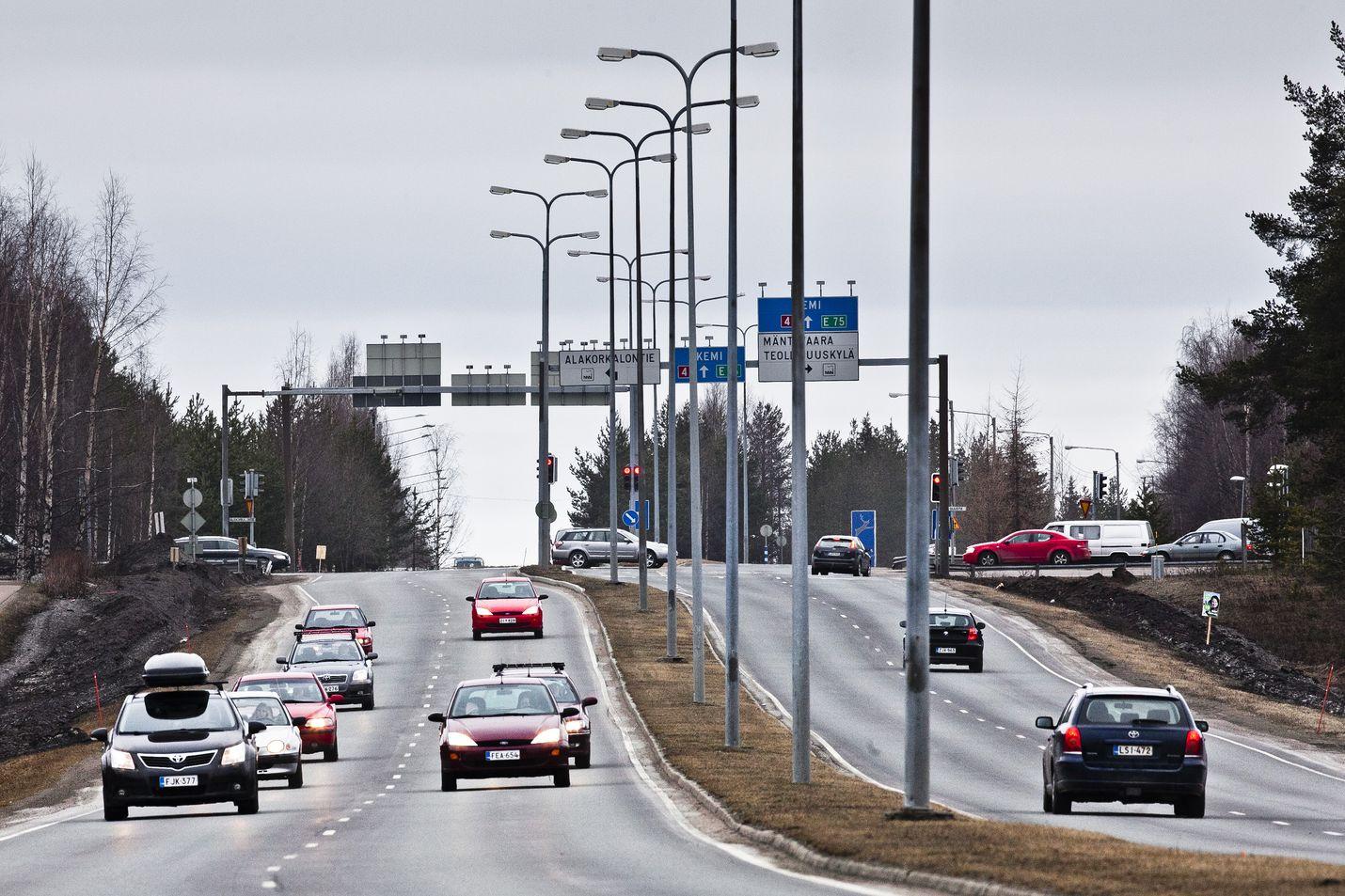 Uudenlainen kameratolppa alkaa valvoa liikennettä Suomessa. Valtaosa ylinopeussakoista kirjoitetaan tänä päivänä juuri kameravalvonnan perusteella.