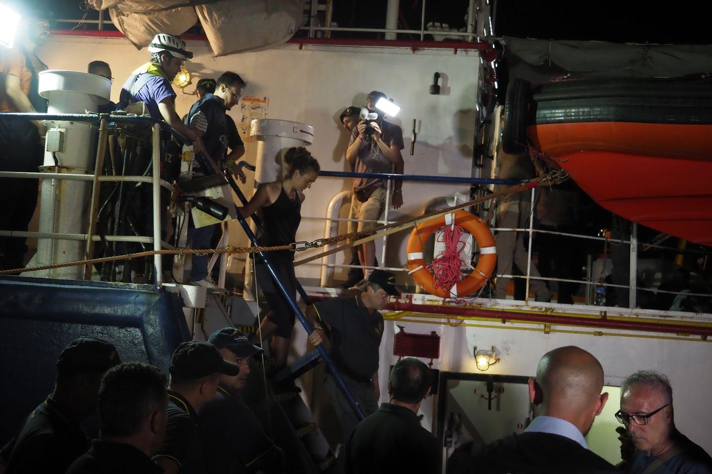 Italian poliisi pidätti Sea Watch 3:n kapteenin Carola Racketen heti aluksen saavuttua Lampedusan satamaan. Sittemmin hän on jo päässyt vapaaksi.