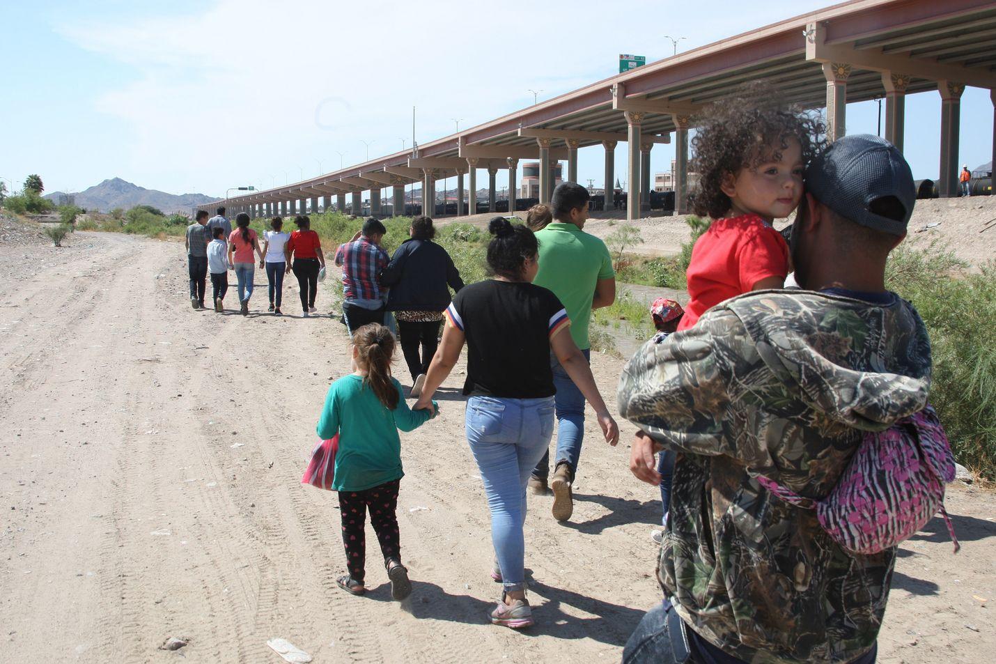 Keskiamerikkalaisten matka kohti Yhdysvaltoja kulkee Ciudad Juárez -rajakaupungin läpi, jossa sijaitsee myös kuolonuhreja vaatinut joki, joka maahanmuuttajien on ylitettävä.