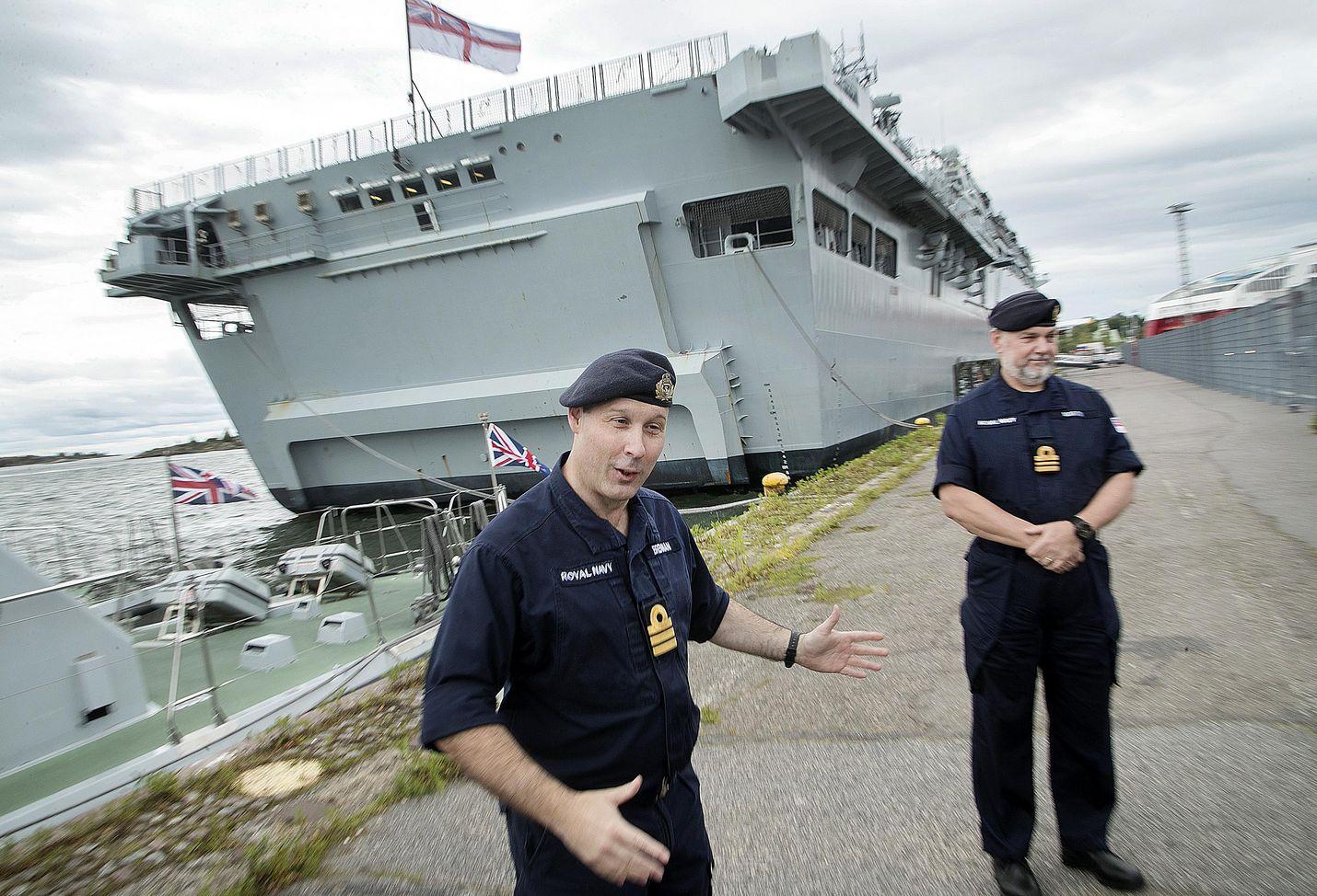 Komentajakapteeni John Brennan on työskennellyt laivastossa kymmeniä vuosia. Yhteensä HMS Albionilla on miehistä noin 500 henkeä.