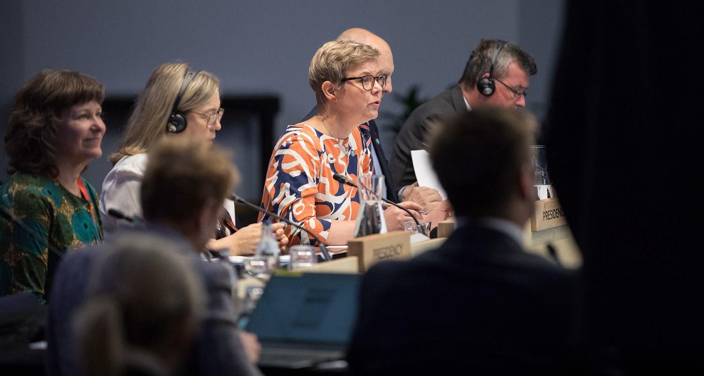Ympäristö- ja ilmastoministeri Krista Mikkonen johtaa epävirallista ympäristöministeriöiden kokousta, jossa esillä ovat ilmastonmuutos, biodiversiteetti ja kiertotalous.