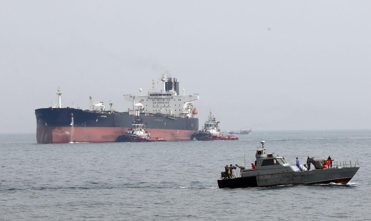Iranin armeijan vene vahtii öljytankkeria Persianlahdella. Öljyn hinta on noussut Persianlahden kiristyneen tilanteen johdosta.