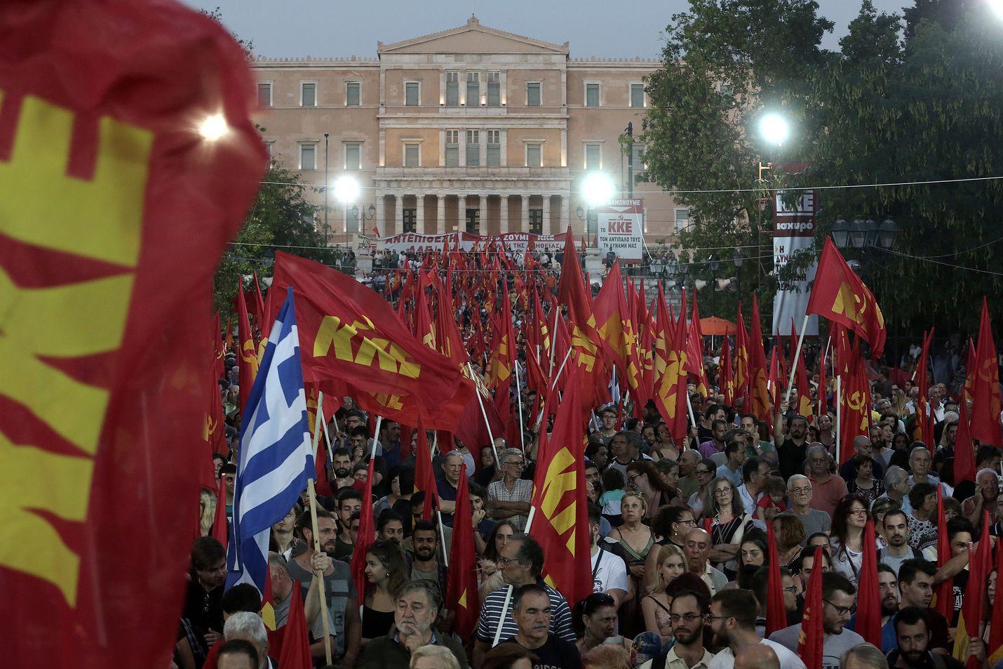 Kreikan suurin kommunistipuolue KKE sai heinäkuisissa vaaleissa 15 paikkaa. Sotirisin kannattama Antarsya eroaa KKE:sta muun muassa siinä, että Antarsya kannattaa välitöntä EU-eroa.