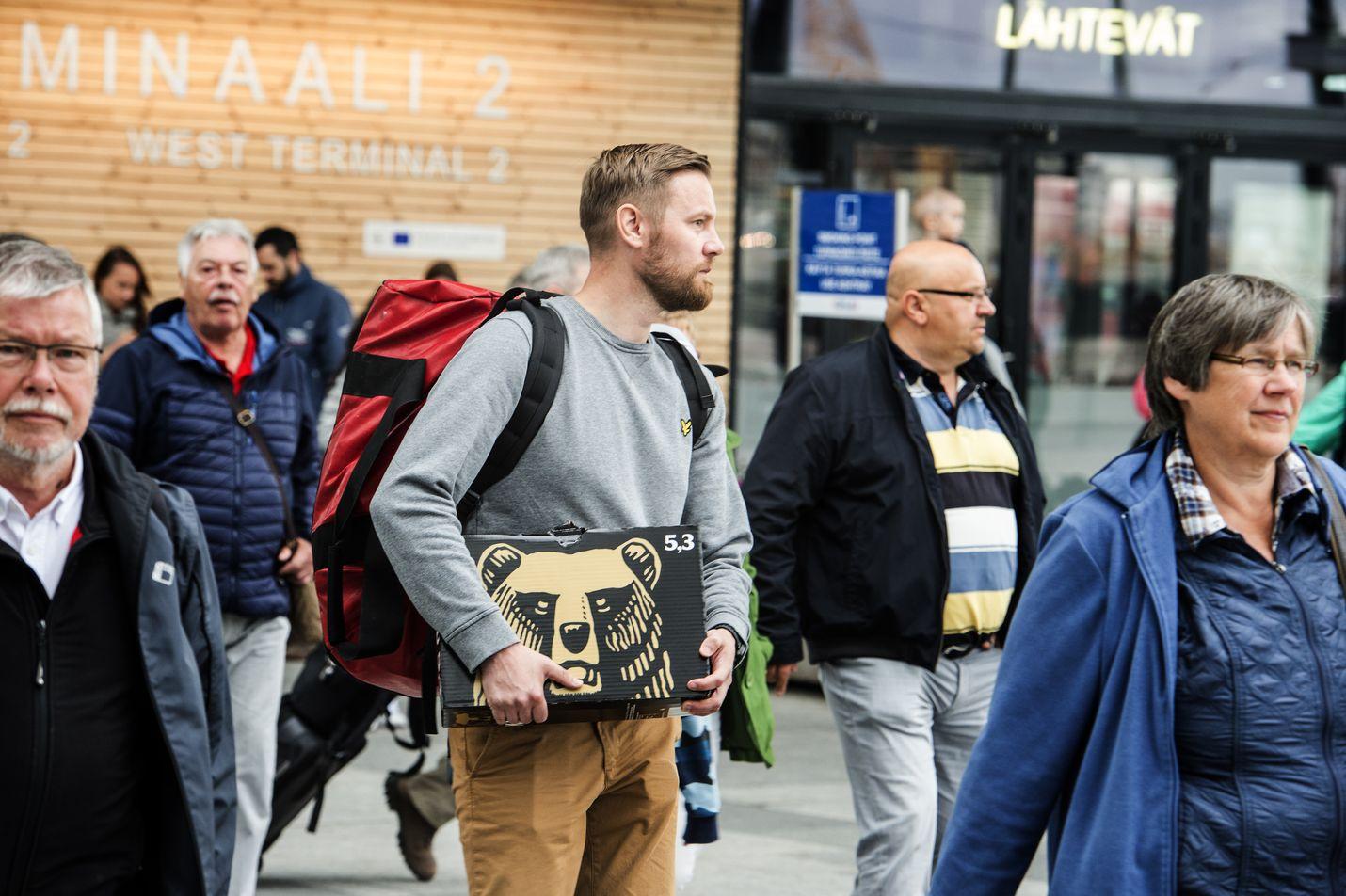 Ville Jalava saapui Tallinnan-laivalta Helsinkiin mukanaan laatikollinen suomalaista olutta. Ostopäätöksen takana oli edullinen hinta. Panimoliiton mukaan Suomen olutvero on EU-maiden korkein.
