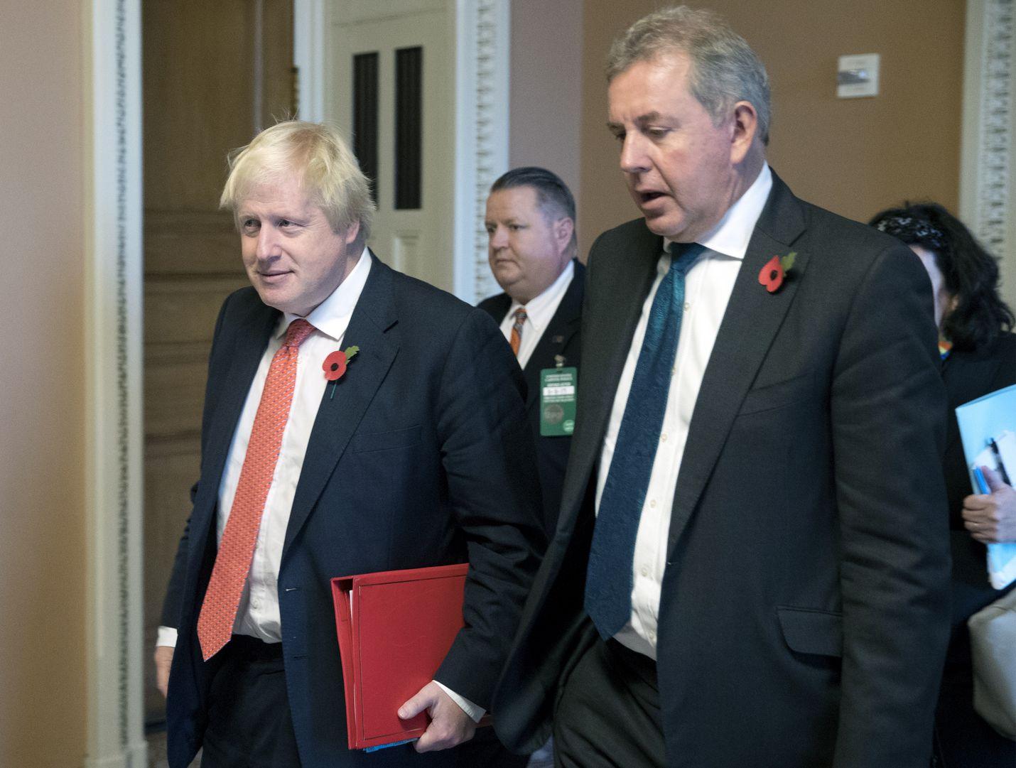 Boris Johnson ja entinen brittisuurlähettiläs Kim Darroch tapaamisessa Washingtonissa. Muun muassa BBC uutisoi, että Darroch olisi kirjoittanut vuodetun dokumentin sen jälkeen, kun silloinen Britannian ulkoministeri Boris Johnson vieraili Yhdysvalloissa vedotakseen Trumpin jäävän Iranin ydinsopimukseen.