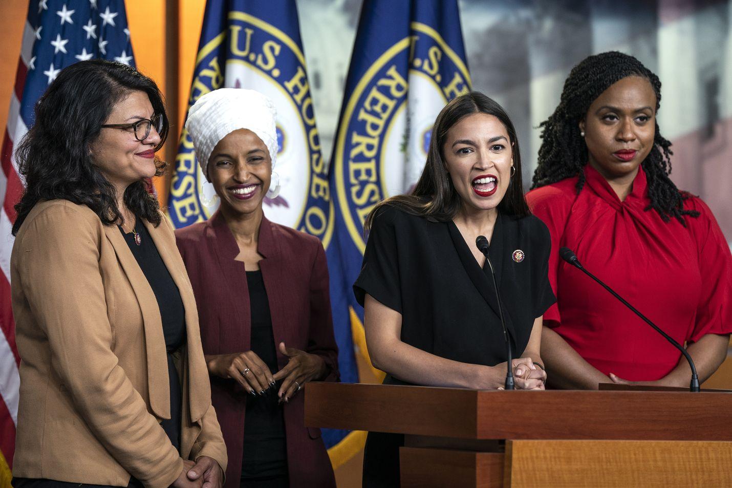 Demokraattien kongressiedustajat Rashida Tlaib (vas.), Ilhan Omar, Alexandria Ocasio-Cortez ja Ayanna Pressley kertoivat maanantaina pitävänsä presidentti Donald Turumpin tviittejä häiriötekijänä.