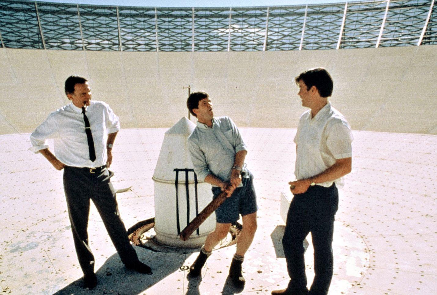 Tosipohjaisen komedian pääosassa on Sam Neill. Kuuma linkki kuuhun -elokuvassa mukana myös Tom Long ja Kevin Harrington.