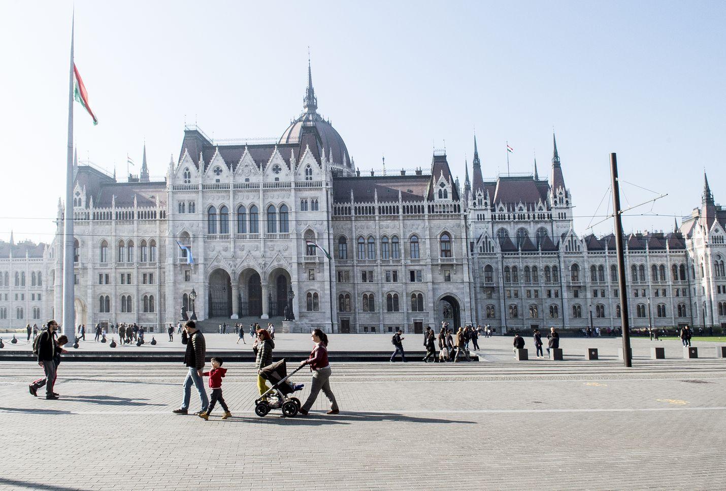 Unkarin järjestelmä ja sen toiminta on herättänyt kansassa myös voimakasta vastustusta. Pääkaupunki Budapestissa sijaitsevan Unkarin parlamenttitalon edusta on toiminut paikkana esimerkiksi niin sanottua orjalakia vastustaville mielenosoituksille.