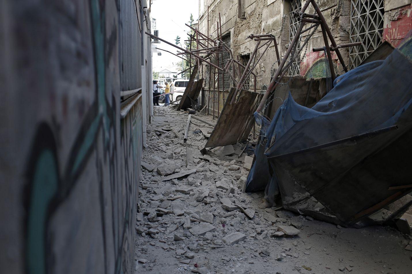 Ateenan perjantai-iltapäiväisessä maanjäristyksessä romahti rakennuksia. Vakavilta henkilövahingoilta onneksi vältyttiin.
