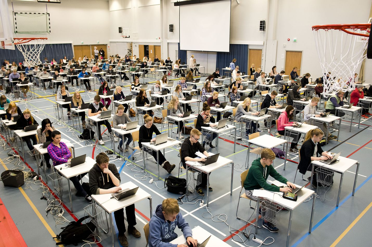 Antti Rinteen hallitusohjelmassa todetaan, että hallitus tavoittelee toisen kotimaisen kielen palauttamisen pakolliseksi ylioppilaskirjoituksessa. Lisäksi hallitus valmistelee toisen kotimaisen kielen oppimista vahvistavan ohjelman.
