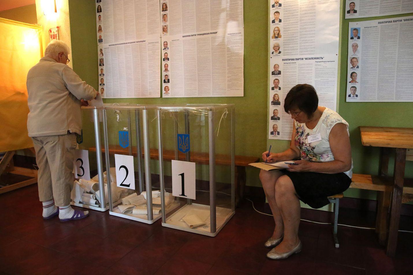 Ukrainalaiset äänestivät sunnuntaina ennenaikaisissa parlamenttivaaleissa. Presidentti Zelenskyi aikaisti alun perin lokakuulle suunniteltuja vaaleja.