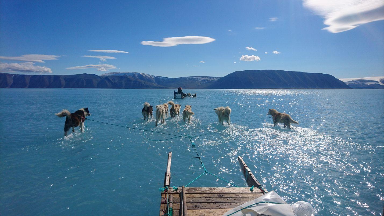 Tanskan meteorologisen instituutin alkukesästä Grönlannista ottama kuva on kiinnittänyt runsaasti huomiota jäätikön sulamiseen.