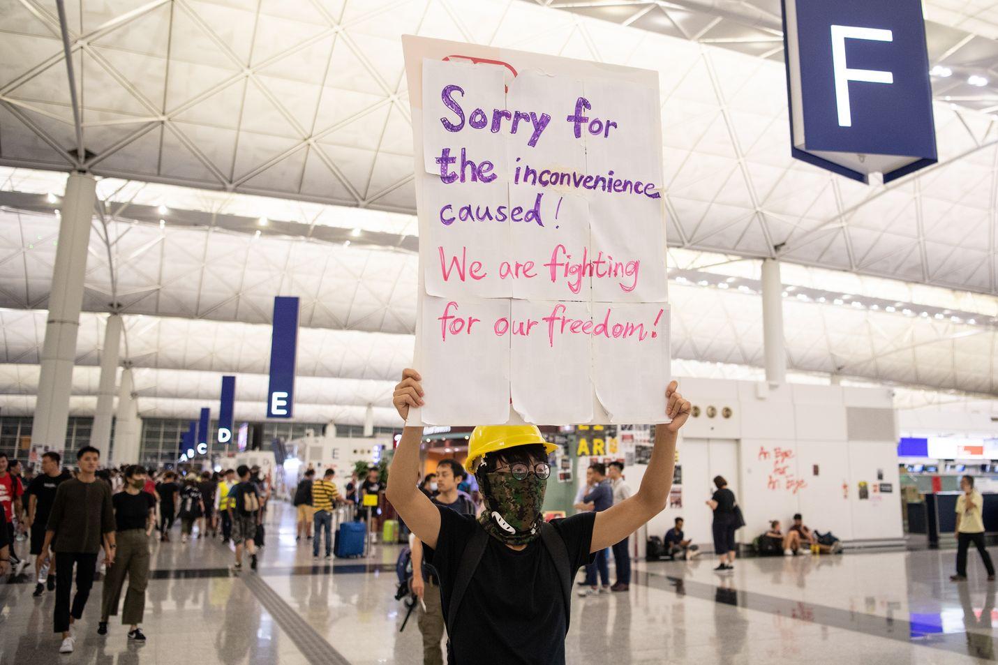 Tuhannet mielenosoittajat kokoontuivat maanantaina Hongkongin kansainväliselle lentoasemalle, mikä aiheutti lentoliikenteen seisahtumisen. Peruutuksia on luvassa myös tiistaina.