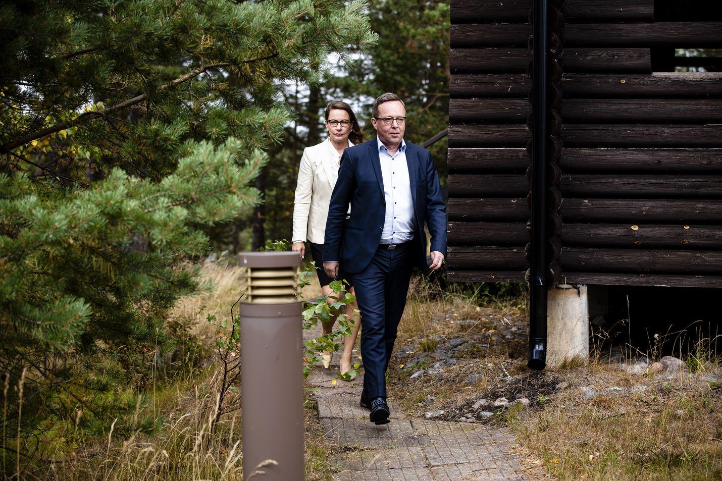 Valtiovarainministeri Mika Lintilä ja valtiovarainministeriön viestintäjohtaja Liinu Lehto saapumassa tiedotustilaisuuteen Espoon Moisniemessä Rajavartiolaitoksen huvilalla.