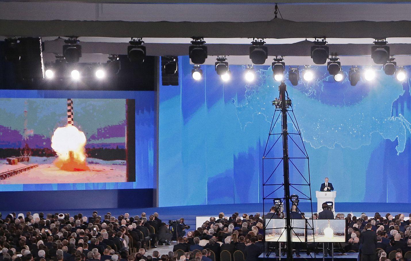 """Vladimir Putin esitteli Venäjän uutta """"superasetta"""" eli Burevestnik-ohjusta puheessaan viime vuonna."""