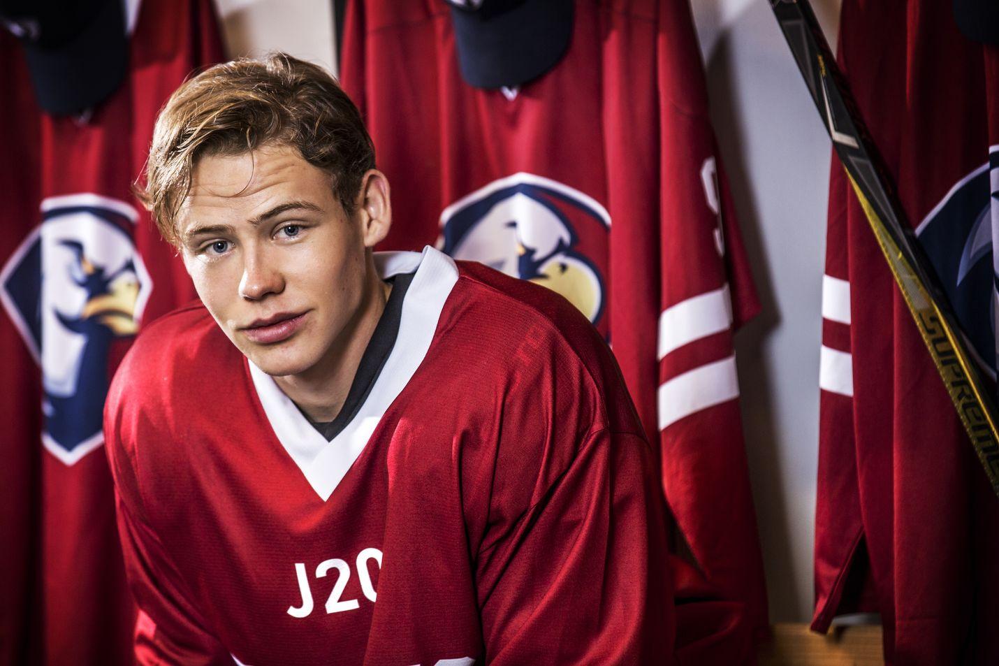 Edvard Olsson on perheen jääkiekkoilevan pojan Eliaksen roolissa Yle Areenassa nähtävässä ruotsalaisessa Eagles-sarjassa.
