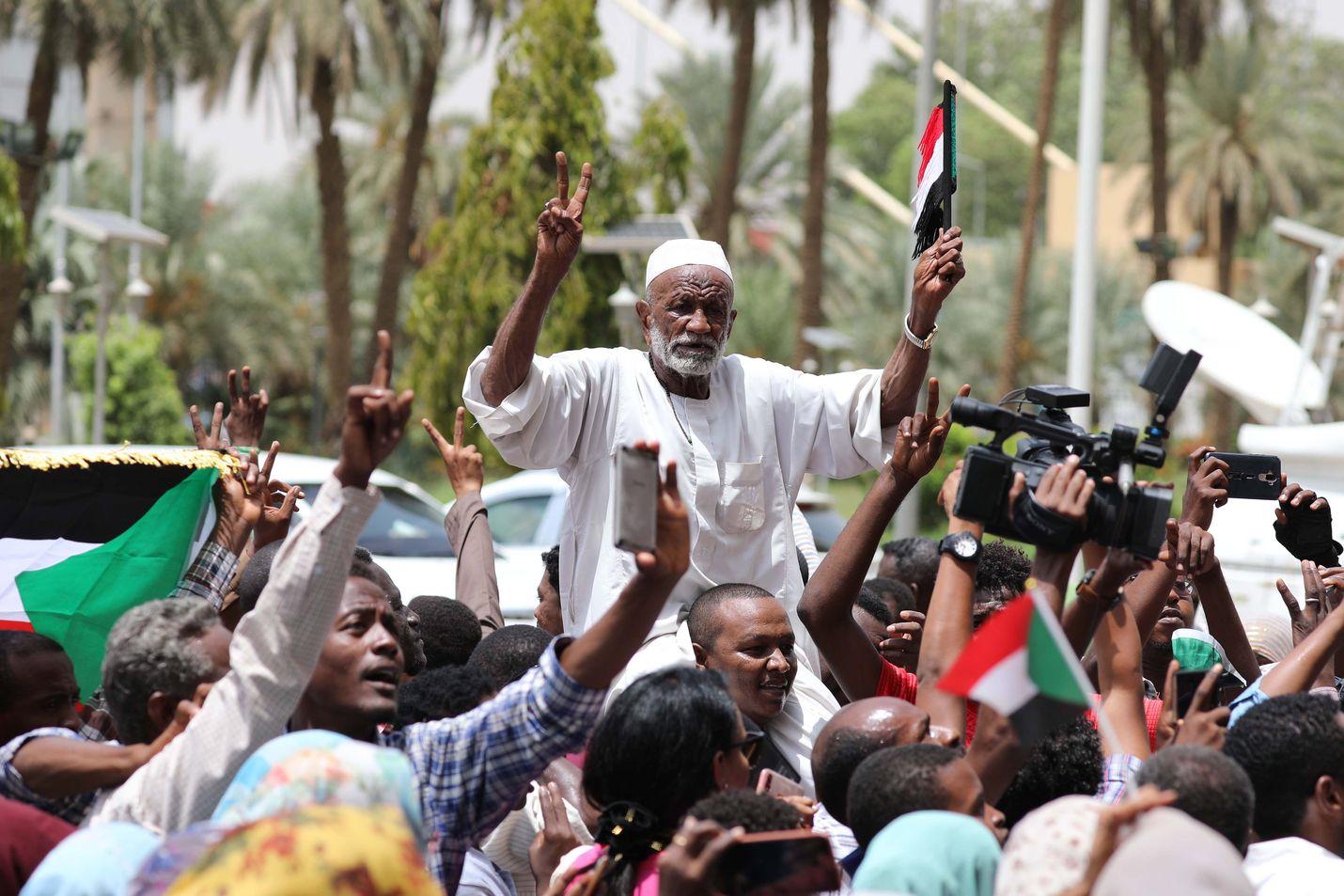 Juhlatunnelma täytti Sudanin kaupunkien kadut, kun tieto armeijan ja opposition perustuslaillisen julistuksen sovusta levisi.