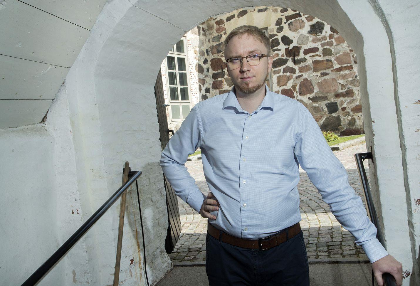 Sinisistä eroava Simon Elo aikoo keskittyä kuntapolitiikkaan ja opiskeluun. Hän jatkaa sinisten valtuustoryhmässä sitoutumattomana.