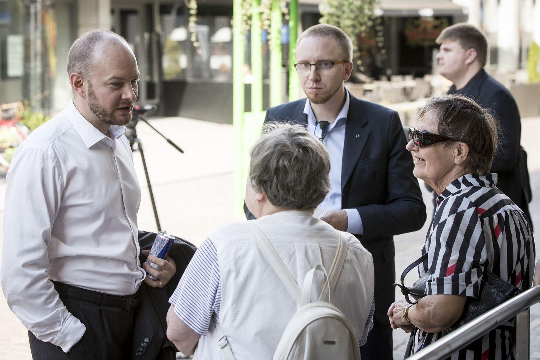 Simon Elo (kuvassa oik.) kommentoi Lännen Median haastattelussa, että eropäätökseen vaikutti Sampo Terhon (vas.) vetäytyminen politiikasta. Arkistokuva.