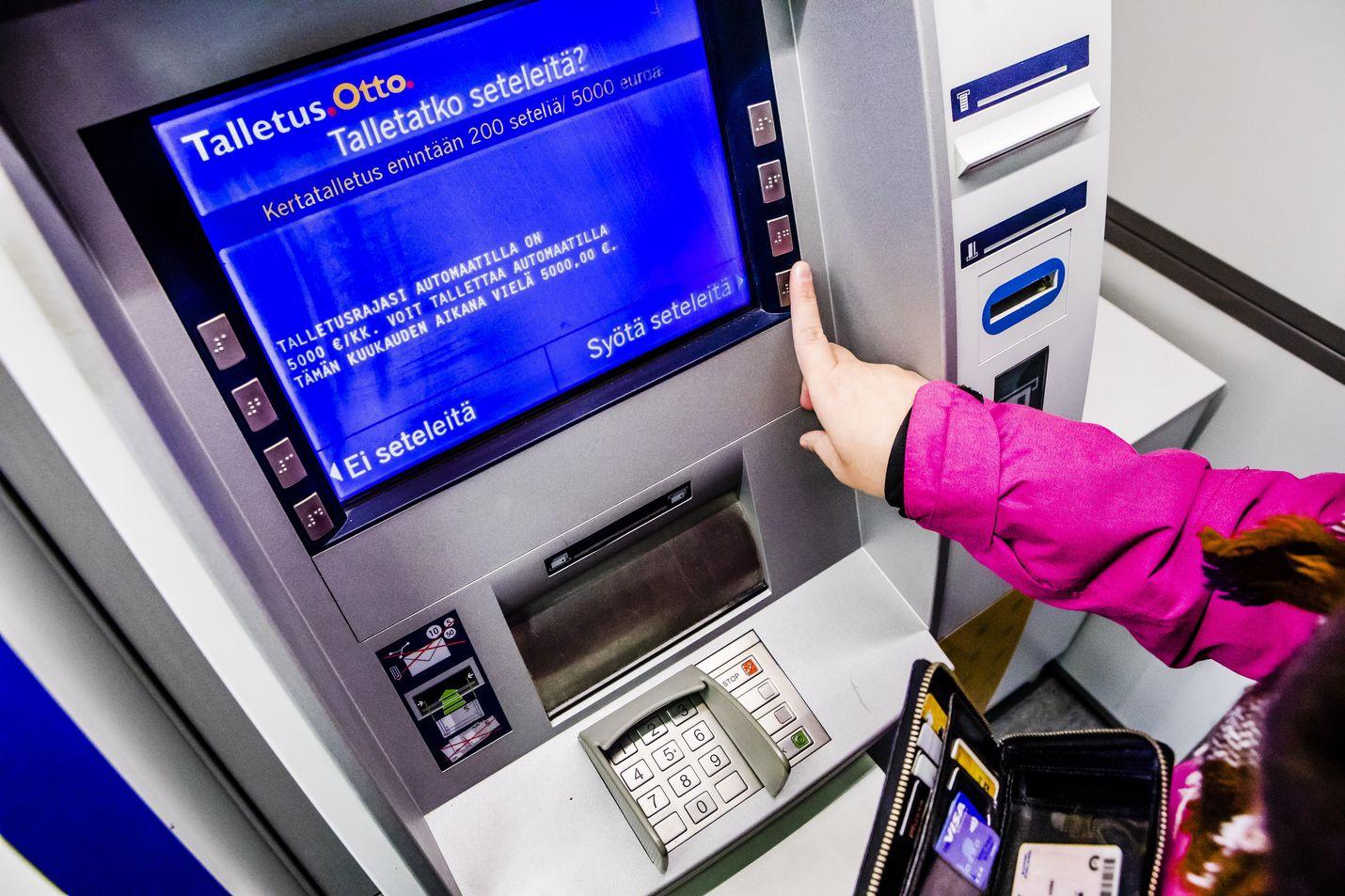 Suomalaiset säästävät edelleen ahkerasti tavalliselle pankkitilille, jonka korko ja riski ovat lähes olemattomat. Tulevaisuudessa maksuttomien talletusten aika voi olla ohitse.