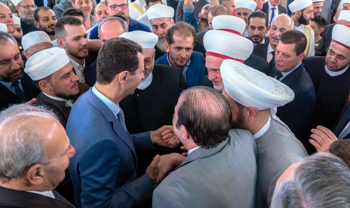 Syyrian presidentti Bashar al-Assad (kesk.) osallistui rukouksiin al-Aframin moskeijassa Damaskoksessa 11. elokuuta. Assadin joukot ovat edenneet merkittävästi Idlibin maakunnassa.