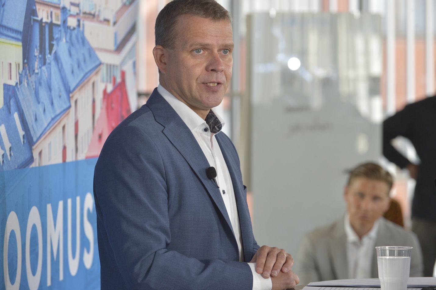 Kokoomuksen puheenjohtaja Petteri Orpo kertoi Turussa, että kokoomus aikoo esitellä työllisyyspaketin keskiviikkona. Taustalla varapuheenjohtaja Antti Häkkänen.